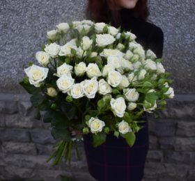 11 кустовых роз на ленте