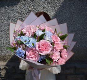 Сборный букет с хризантемой