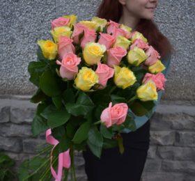 Яркий микс из 31 розы