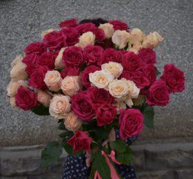 Букет из 15 кустовых роз на ленте