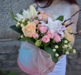 Композиция с лилией и кустовой розой
