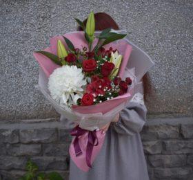 Сборный букет с лилией и розами