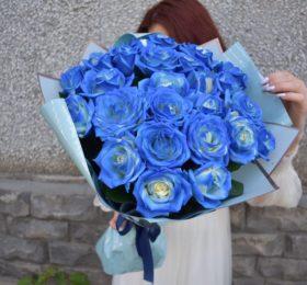 Букет из 25 синих роз в оформлении