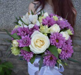 Композиция с розами и хризантемами