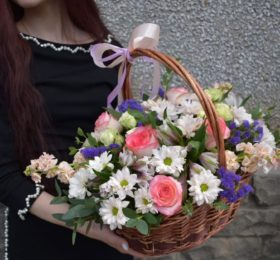 Композиция с розами и маттиолой
