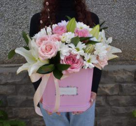 Композиция с розами и лилией