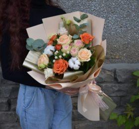 Букет с розами и хлопком