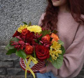 Композиция с розами и альстромерией