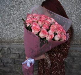 31 Роза (80см) в оформлении