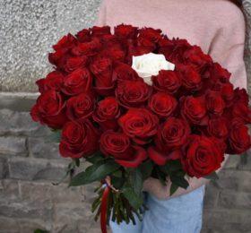 45 роз на ленте