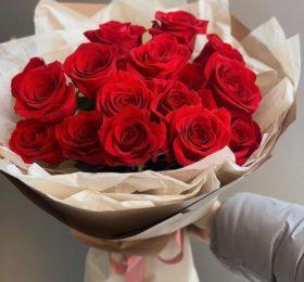15 алых роз в оформлении